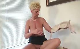 Geile holländische Oma masturbiert